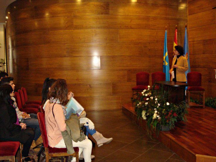 Durante la visita al salón de bodas del Ayuntamiento de Oviedo junto a la responsable de protocolo del Ayuntamiento