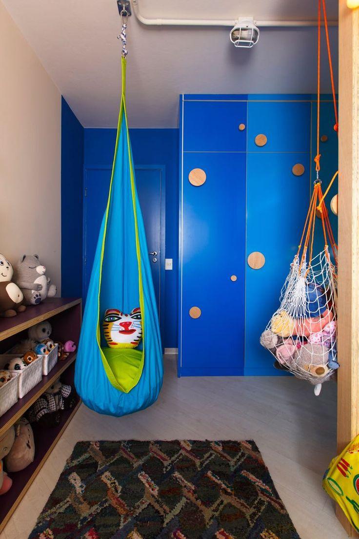 No programa DECORA do GNT, @mauricioarruda realizou o sonho da Manu de ter uma casa na árvore!  As camas foram decoradas com MOOUI para a Manu sonhar com todas as culturas, também tem bancada de estudo, reforma no guarda-roupa e cama extra para as amigas.  A almofada toy TIGRE da MOOUI protege o quarto dos visitantes indesejados!  #treehouse #amomooui #beautiful #bedroom #bedroomdecor #decor #decoracao #interiors #style #kidsroom #quartodecriança