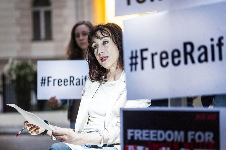 Schauspielerin Andrea Eckert liest aus dem Buch des inhaftierten Saudischen Bloggers Raif Badawi während einer Amnesty International Aktion  #amnesty international #freeraif #eventfotografie #wien