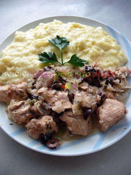 Reteta de pui cu masline si piure de cartofi este un fel de mancare savuros si consistent, o combinatie perfecta de pui, masline si lamaie.