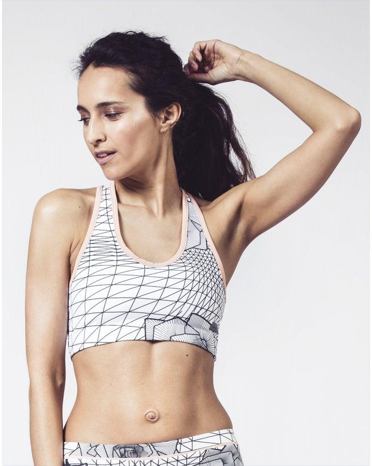Vous serez à la pointe de la Tendance dans cette féminine Brassière de Sport imprimée. A porter pour le running ou sous une veste pour un esprit Mode