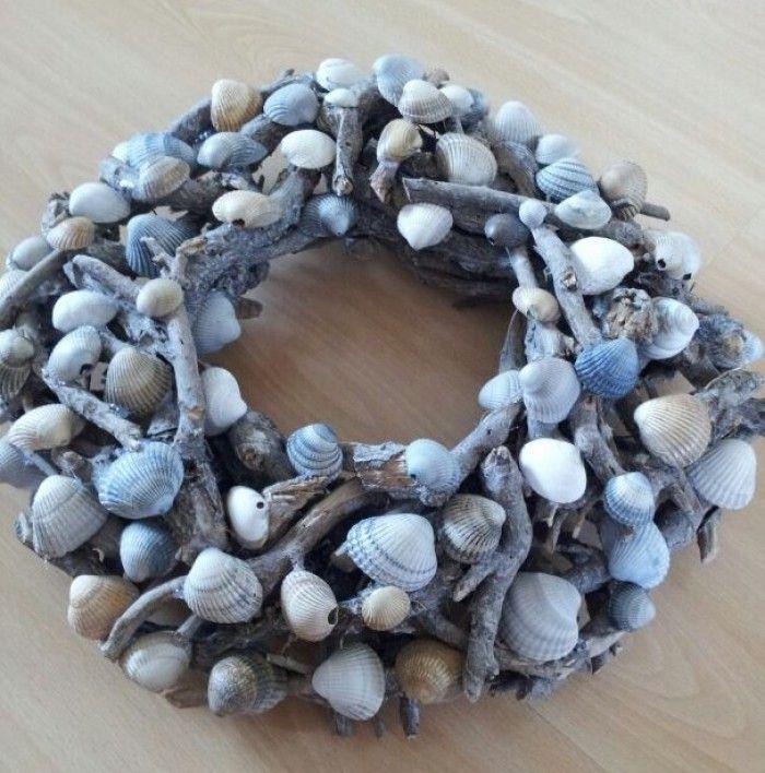 Deze krans heb ik gemaakt met schelpen van Texel, daar komen we graag, en nu hebben we een ''stukje Texel'' thuis! :)