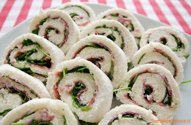 """Girelle salame e rucola, sulla scia delle girelle di salmone e rucola, ecco l'alternativa """"di terra"""" con salame.Un antipasto veloce :-) ciao"""