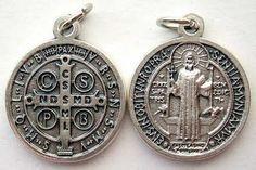 Historia De San Benito   Esta es la medalla de San Benito , un gran santo del s.V, conocido ...