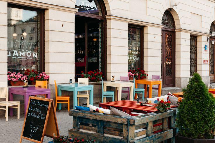 Meble w resteuracji Jamon w Warszawie malowane farbą z serii Versante eggshell, Autentico Chalk Paint, kolory Orange, Antique Turquoise, Sunflower, Orchid
