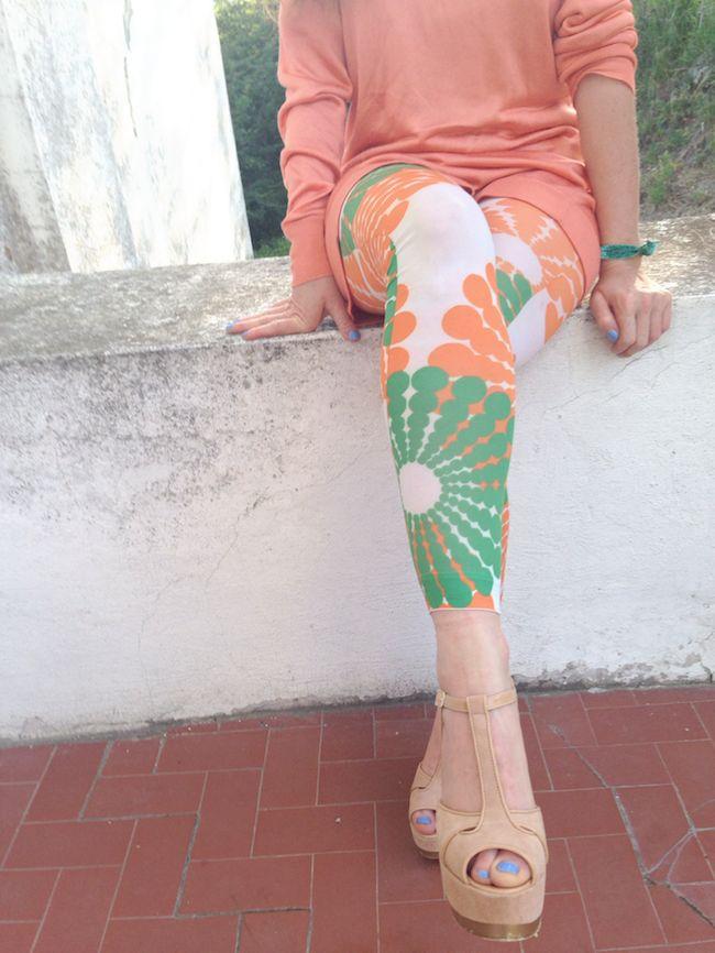 Sixties print leggings outfit  combo verde, bianco e arancio, orange green white look, marakita brand stampe, fashion blogger the fashionamy amanda marzolini, fiorangelo wedges pink suede summer style