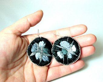 Серый и серебряные серьги - текстильная ювелирные изделия - ночь - вышитые