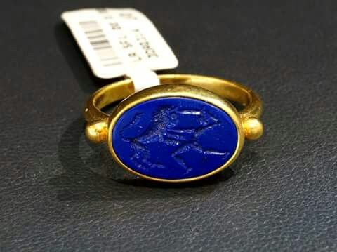 22 carat yellow gold ring handcarved Lapis Lazuli