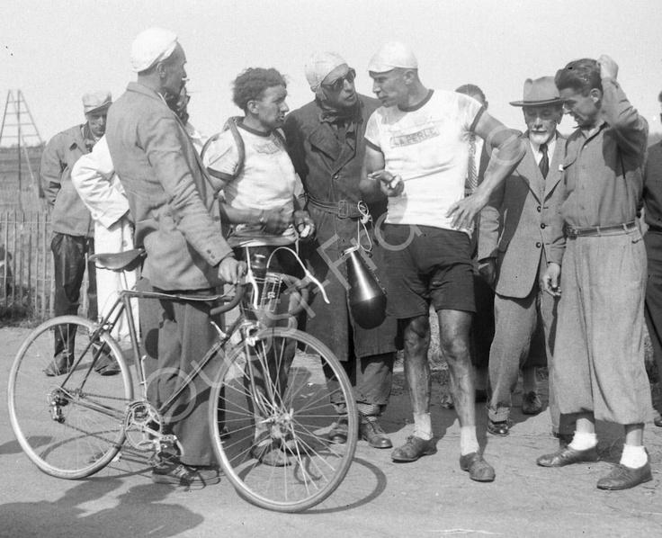 Tour de France 1948. Yvan Marie et ses suiveurs, sur l'étape Trouville - Dinard.