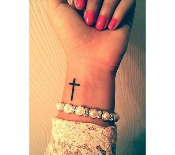Pinterest  25 idées de tatouages pour habiller son poignet. La croix minimaliste