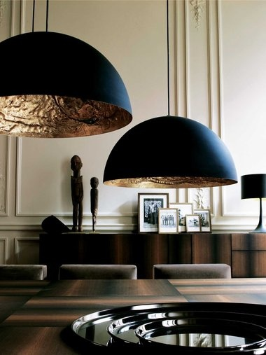 伝統的な装飾をバックに、モダンな家具を