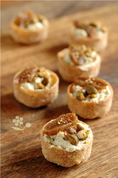 Tartelettes au fromage de chèvre frais et purée de pistaches, figue sèche, et piment d'Espelette