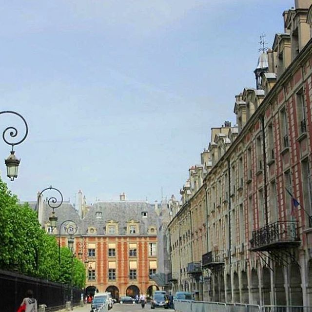 🇫🇷Place des Vosges 😍#picturesque #beautiful #melbournelifelovetravel #paris #visitparis  #vibrant #placedesvosges #architecture #square #lemarais