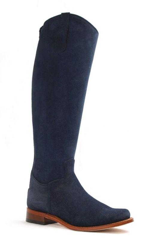 Deze blauwe Nevada laarzen hebben een hoge schacht en zijn daarmee perfect voor de langere vrouw. De laars is te combineren met diverse modestijlen. Om het geheel af te maken zijn deze blauwe laarzen te matchen met de cinturon Marino. De rits aan de achterzijde van de schacht vergemakkelijkt de instap. De hakhoogte van deze laarzen met blauwe kleur is 3 cm. #Bootsandwoods