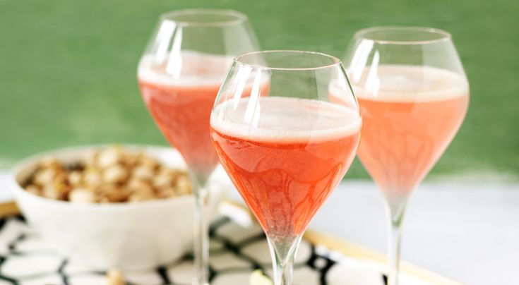 Recept på rabarber-cosmopolitan. Den härligt rosa färgen kommer från rabarberspad. Har du inte rabarberspad kan du använda koncentrerad rabarbersaft.