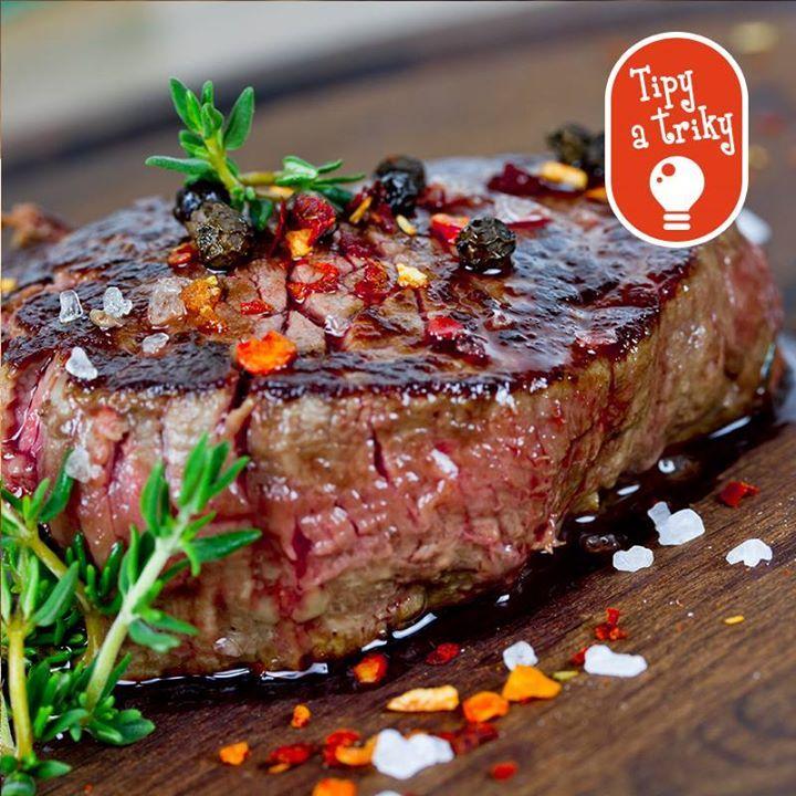 Ako dosiahnuť, aby bol steak krásne šťavnatý?  Nie je to žiadna veda, stačí sprudka opiecť mäso na rozpálenom oleji a potom nechať dopiecť v rúre, šťava tak nevytečie a udrží sa v mäse. Pozor, soľ a korenie až na koniec! Soľ mäso vysuší a korenie sa zase pripaľuje a horkne.
