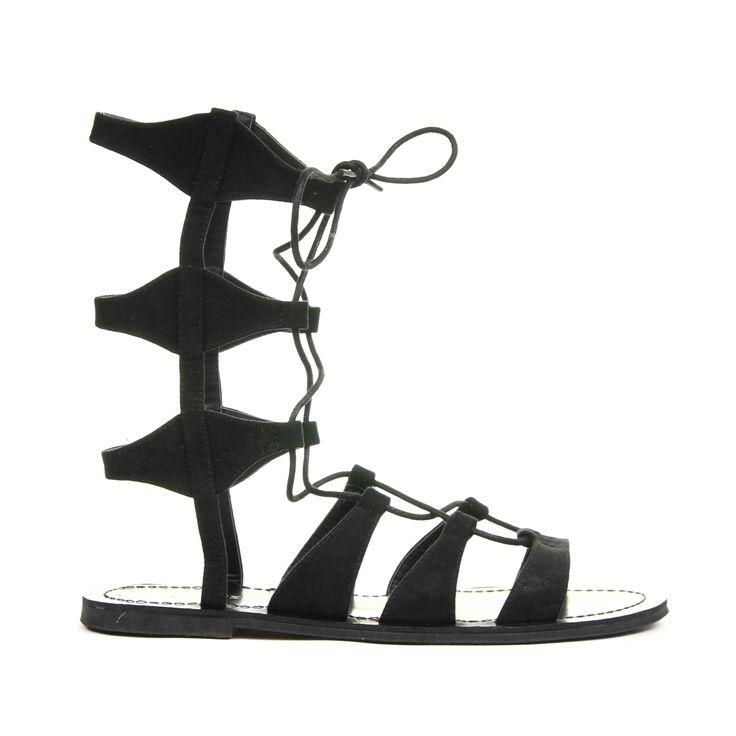 De zon schijnt en het is eindelijk weer tijd voor open schoenen en sandalen. De leukste sandalen en de trends van het moment vind je ook gewoon in de uitverkoop, net als deze gave gladiator sandals! #sale #mode #schoenen #sandalen #veters #lente #zon #zomer #fashion #shoes #laceup #spring #sun