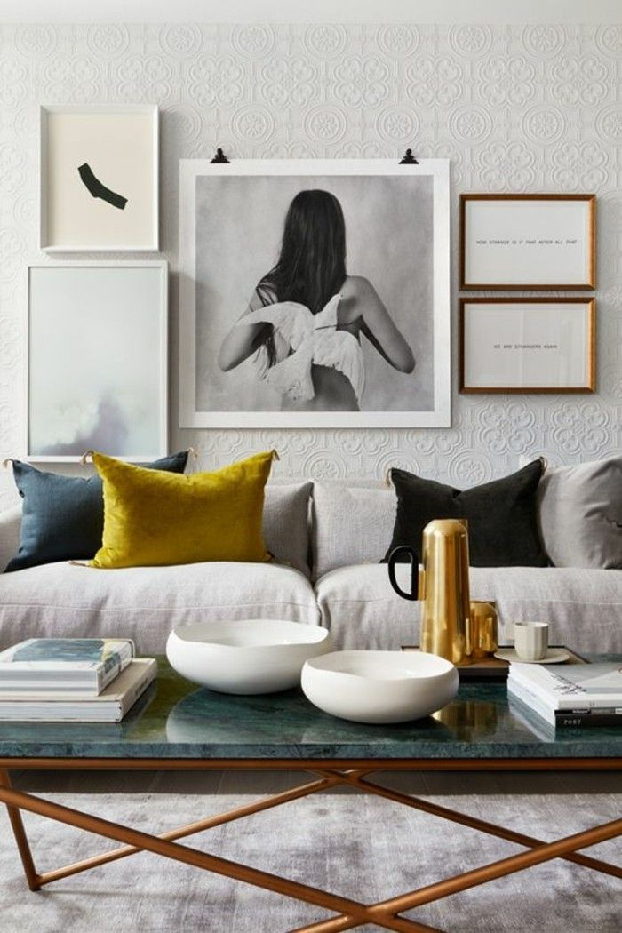 table basse en marbre vert aux pieds doré, une confortable salle de séjour aux nuances neutres