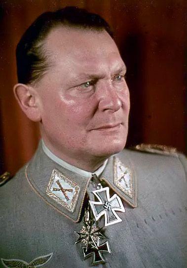 El 26 de febrero de 1935, el líder nazi Adolf Hitler firma un decreto secreto que autoriza la fundación del Reich Luftwaffe como un tercer servicio militar alemán para unirse al ejército del Reich y la marina. En el mismo decreto, Hitler nombró a Hermann Goering, un héroe aéreo alemán de la Primera Guerra Mundial y uno de los nazis de alto rango, como comandante en jefe de la nueva fuerza aérea alemana.