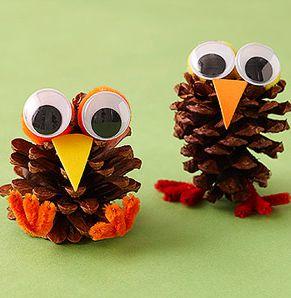 Herfst beestjes Benodigheden: - Dennenappels - Oogjes - Papier - Voetjes materiaal