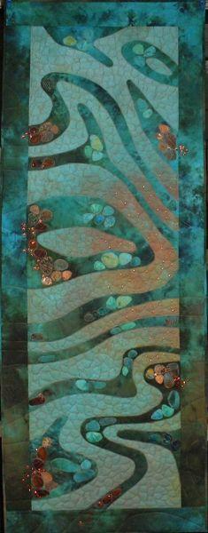 Atlantis   2008  60 x 158 cm  EQC 2008 Veldhoven, thema 'Paradise'  Twee zelfgeverfde lappen en een Google Earth foto met prachtige structuren waren de inspiratie voor deze quilt.  Structuren was het thema van de midweek in 2007. inspiratie 001 Plato's verhaal over het mythische eiland Atlantis komt over de hele wereld in vele verhalen voor, in de vorm van een aards paradijs dat ten ondergaat aan natuurrampen, zoals aardbevingen en vloedgolven.