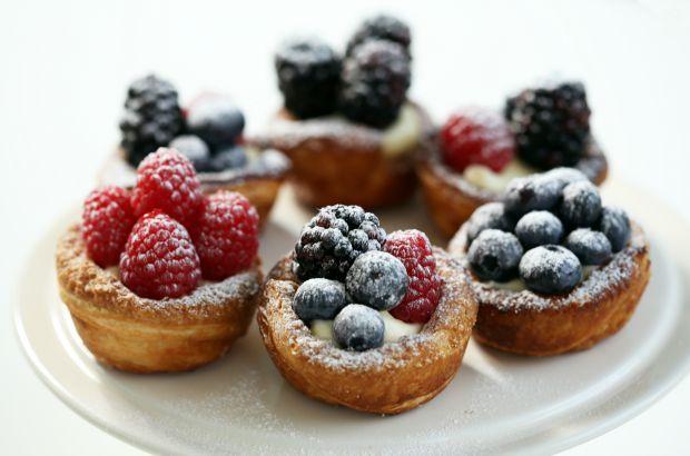 Deliciosas tortinhas de frutas vermelhas são fáceis de fazer! Receita de Rachel Khoo.