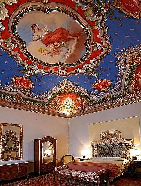Sleeping under a frescoed ceiling: Hotel Bosone Palace in Gubbio, Umbria