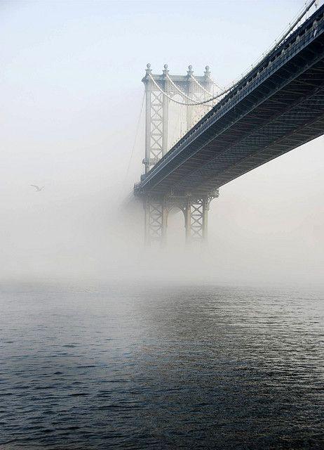 manhattan bridge:  Comparado con el puente de Brooklyn, el Manhattan es menos famoso y desde sus inicios  recibió críticas por su frio diseño de acero.  Una vez cruzado el puente puede admirarse la magnífica entrada de Canal St y Bowery.