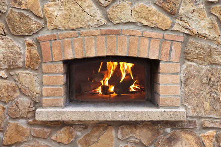 Tutti i segreti per usare al meglio il forno a legna: come accenderlo, scaldarlo, pulirlo e soprattutto come cuocere pizza, pane, carni, verdure e dolci.