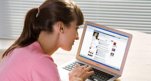 La Universidad de Delhi planea enseñar a escribir en Facebook