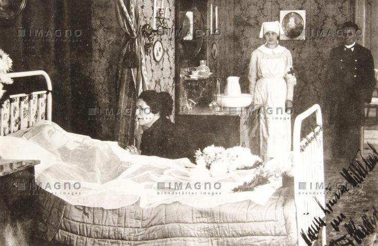 Kaiserin Elisabeth von Österreich auf dem Totenbett im Hotel Beau Rivage in Genf. Szenefotografie aus dem 1920 gedrehten Film Elisabeth von Österreich mit Clara Nelson als Elisabeth. 1920. Fotografie. Kaiserin Elisabeth von Österreich auf dem Totenbett, © IMAGNO/Sammlung Hubmann