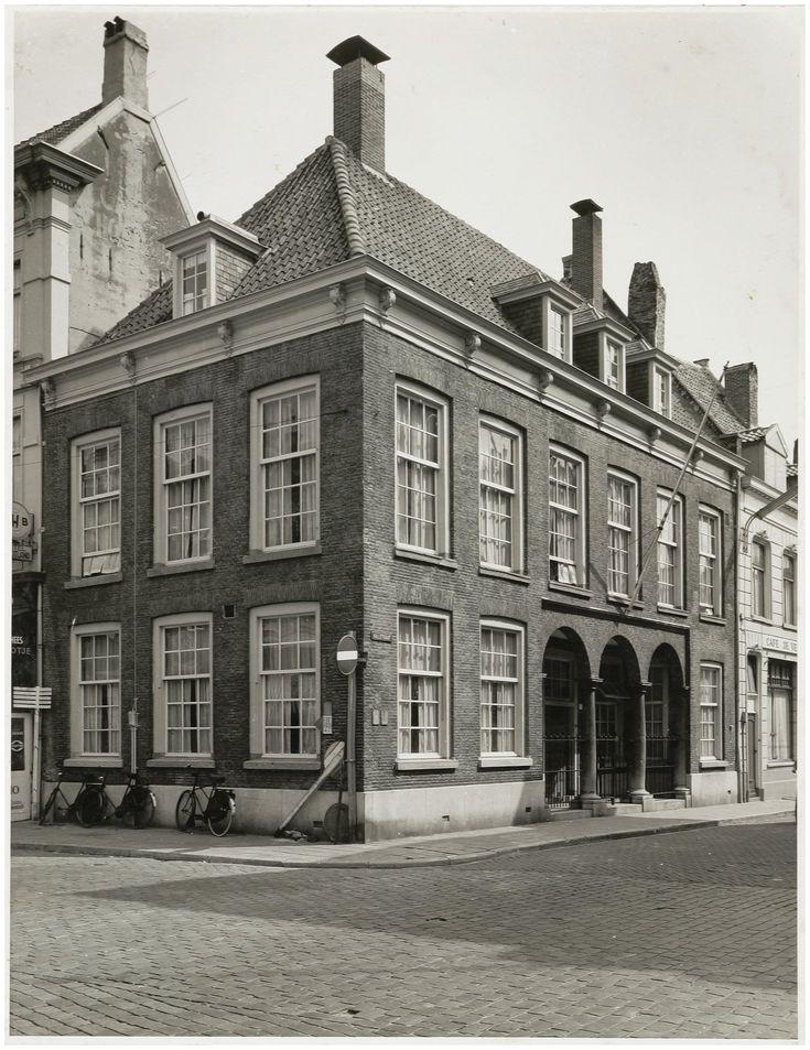 Het gebouw van de Hoofdwacht op de hoek van de St. Janstraat en de Halstraat stamt uit 1776.