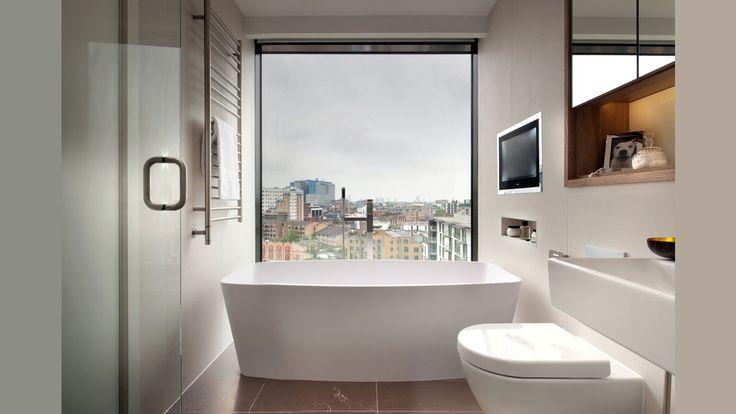 Наша подборка : Варианты окон в ванной комнате ☺  Можно увидеть абсолютно разные окна в современных ванных комнатах. Они могут большими и светлыми или маленькими и затененными. Материалы, из которых изготавливаются рамы и окна могут также отличаться, как и в любом другом помещении дома или квартиры. Одни здания могут включать в себя профили из древесины, а другие из прочных стеклопакетов.  ✌Выбрать все необходимое, чтобы создать уютную #ванную комнату можно тут: http://santehnika-tut.ru/