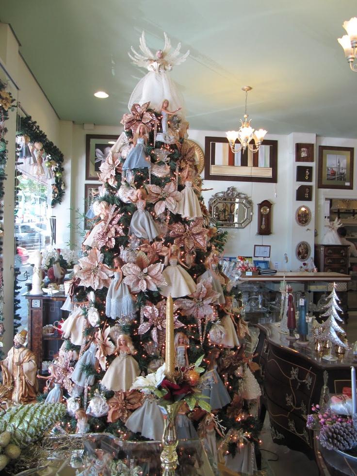 Linda árvore de Natal da Flores & Frutas decorada com bonecas Barbie.