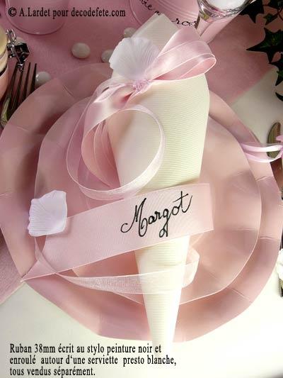 Un #pliage de #serviettes en cornet sur une combinaison d'assiettes roses... http://www.decodefete.com/assiettes-fleur-rose-p-1166.html