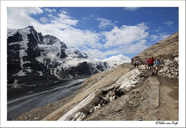Toegankelijk. De Gamsgrubenweg boven de Pasterse gletscher onder aan de Grossglockner maakt het gebied toegankelijk voor wandelaars.