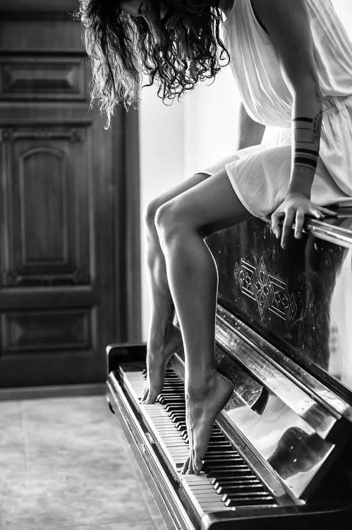 """""""La musica è una strega capricciosa, una donna bellissima che mi regala una manciata di note e poi fugge via."""" G. Allevi"""