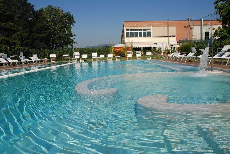 """Acqua Confidence Un'attività svolta in piccoli gruppi (max 4-5 persone) per scoprire il piacere di """"percepirsi nell'acqua"""" superando tensioni e ansie, accompagnati per mano da un operatore qualificato. Gli esercizi sono semplici e graduali, rispettosi dei ritmi di ognuno.  #egowellness #lucca#acquaconfidence #piscina #swimmingpool"""