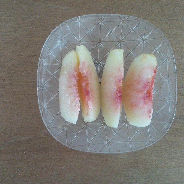 Instagram media by kayo45123 - 土曜日のレッスンの日に生徒さんから 「夏の復習してください(*^^*)」と桃をいただく。 夏のはじめに桃の切り方が分からずいつもジャガイモみたいに なることに悩んでいた(悩みちっちゃい!) ここに「脱!ジャガイモ宣言!」 お気持ちも嬉しく、とても甘くておいしい桃を噛みしめる。 この夏は「種のあるブドウは種ごと飲んでしまえば種なしブドウになる!」 という画期的な技も身につけ、果物分野で色々と成長できた夏だった(笑) #桃#新田佳子