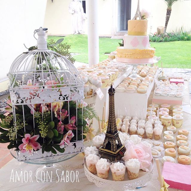 Detalles de mi Candy Bar del día de ayer para unos 15 años.  Tema: Paris vintage. Colores: durazno, rosado, beige, dorado y blanco. _______________________________________________ #parisparty #vintage #vintageparty #candybar #guadalajara #mexico #cake #instacake #amorconsabortips #15años