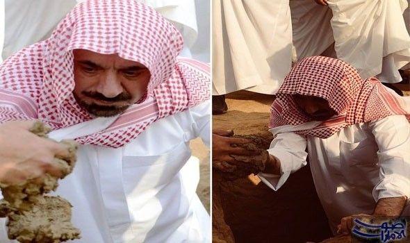 لقطات مؤثرة للحظة دفن أمير نجران جثمان ابن شقيقه سجلت الصور لقطات مؤثرة لمشاركة أمير منطقة نجران الأمير جلوي بن عبدالعزيز بن مساعد في دفن Fashion Hijab