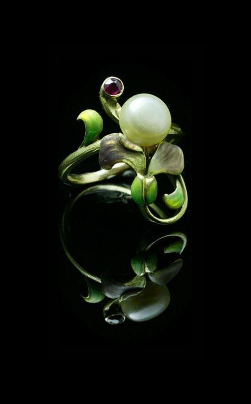 Art Nouveau ring. Natural pearl , ruby , formic Roche enamel , 18K Bezel vertical 2,1cm. France 1890-1900.