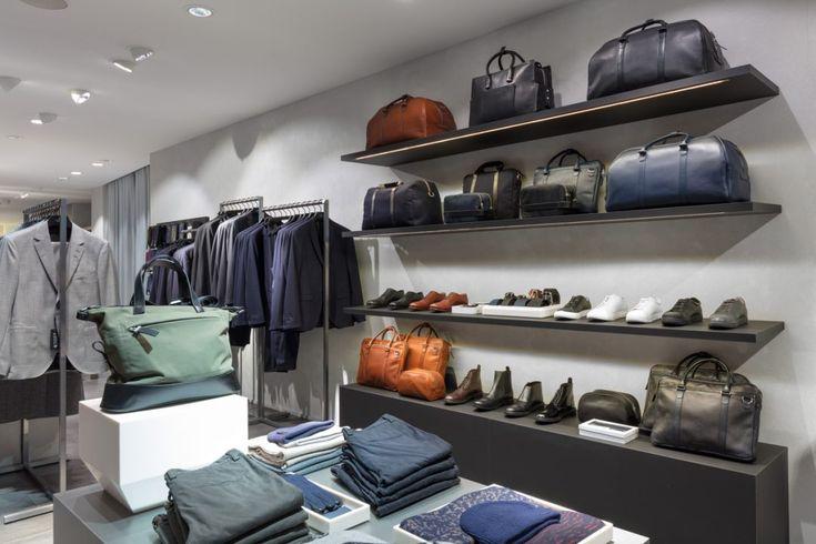 Tiger of Swedens butik på huvudgatan Kurfürstendamm har svarta bakväggar och silverfärgad inredning som lyfter fram kollektionen. De betongklädda...