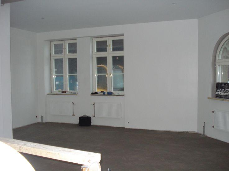 """8 december: Fortfarande en byggarbetsplats, men nu kan man verkligen se vilken fantastisk lägenhet det kommer bli. Skylten ljuger, men vi hoppas snart få vända """"såldsidan"""" utåt :-)"""