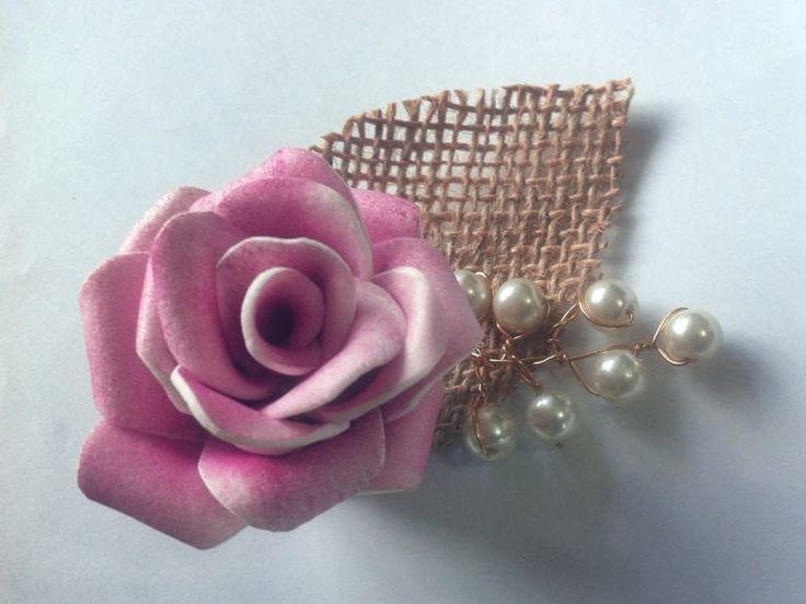 Linda lapela rústica de flor de EVA na cor rosa antigo matizado, com folha de pérolas de vidro e folha de juta impermeabilizada. Uma ótima opção para noivo e padrinhos! Ideal para quem ama detalhes!