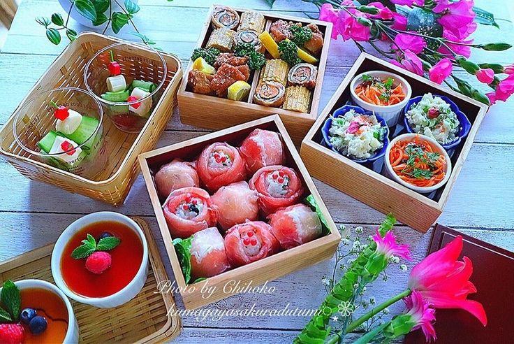 chihoko.さんの#お花見弁当 #生ハムのお花おにぎり #柚胡椒の唐揚げ #青海苔の卵焼き #ほうれん草と人参の肉巻き #人参サラダ #枝豆のポテサラ #カスタードプリン #トマトとキュウリのピンチョイス #snapdish #foodstagram #instafood #food #homemade #cooking #japanesefood #japanesebento #bento #ごはん #テーブルコーディネート #器 #お洒落 #ていねいな暮らし #暮らし #お弁当 #おべんとう #手作り弁当 #お花見 https://snapdish.co/d/j9rbja