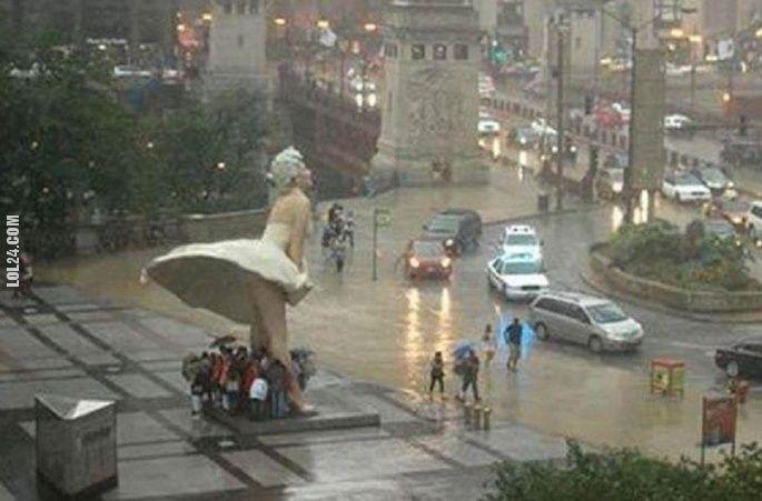 Pomnik Marilyn Monroe w Chicago chroni przed deszczem #pomnik #figura #MarilynMonroe #deszcz