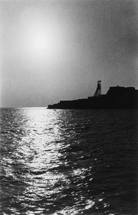 奈良原一高「人間の土地」より 緑なき島-軍艦島 軍艦島全景 (1954-57)