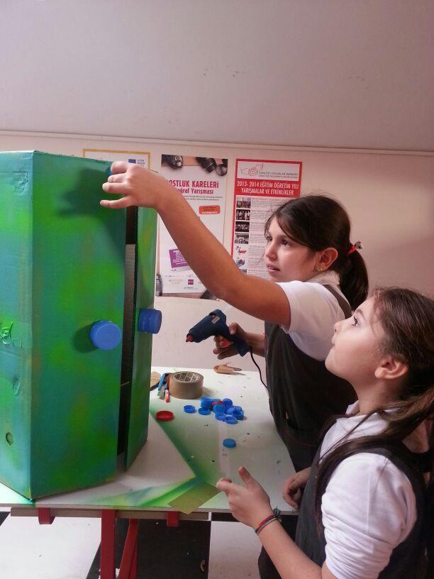 Anabilim İlköğretim Okulu öğrencileri, yaptıkları tasarımla katıldıkları yarışmayla çevre dostu yaklaşımların bilincine varırken geri dönüşümün önemini de bir kez daha kavradılar. İkincilik derecesi elde eden öğrencilere BIC Sınıf Seti armağan edildi.