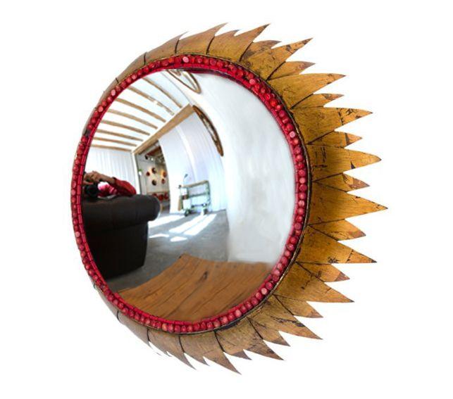 #Espejo #convexo de #AlejandrodelaTorre de 30 cm. Ø, Sobre paellera recortada, soldada y dorada, con aro de coral. 42x42x14 cm. #convex #mirror #mirall #diseño #design #disseny #barcelona